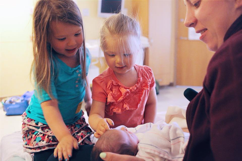 3 Steps on How to Introduce a new baby to siblings and have them actually like each other.